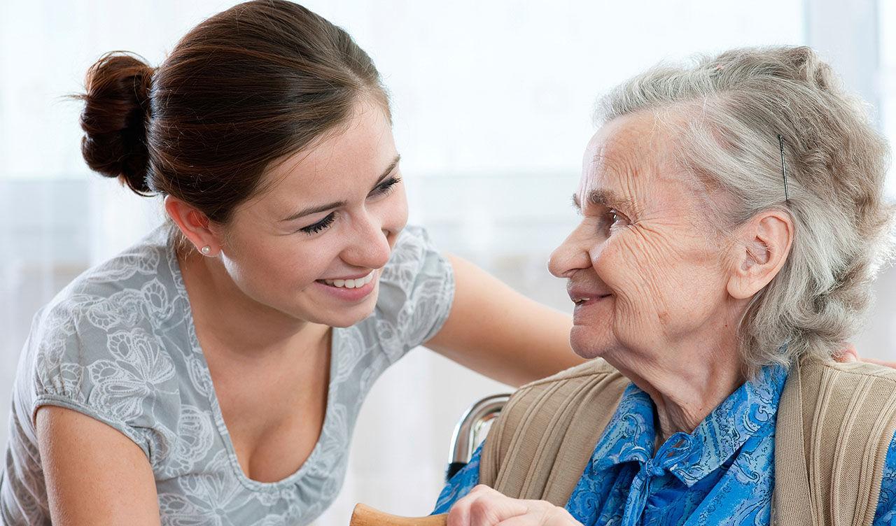 Уход за пожилым человеком старше 80 лет: особенности закона