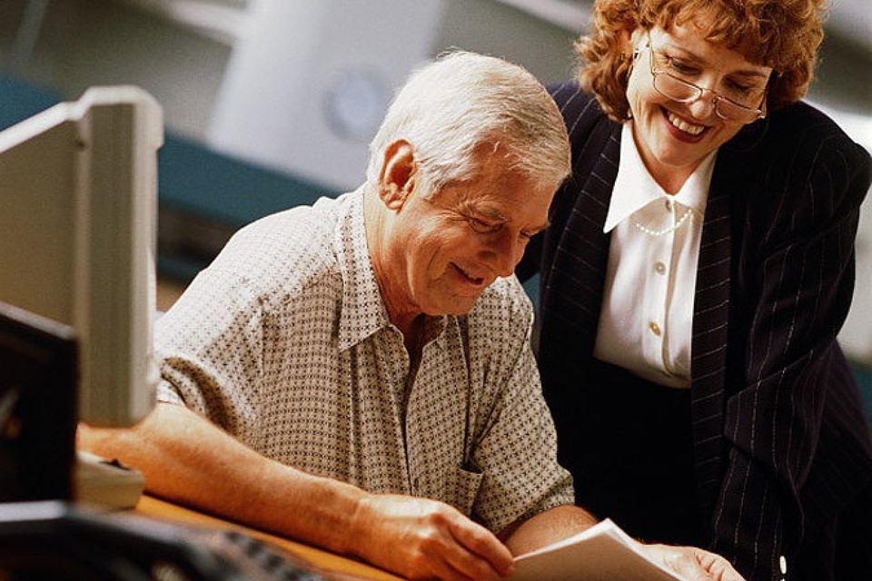 Поздравление с выходом на пенсию: женщине, мужчине, коллеге, стихи, проза, СМС, открытки, тосты