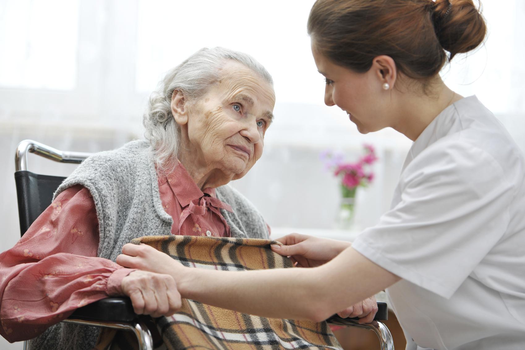 Социальные работники для пенсионеров: как нанять, стоимость